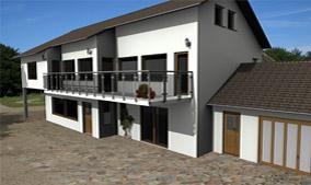 Beispiel aus cadvilla - Haus mit abgestufter Dachkante und Garage